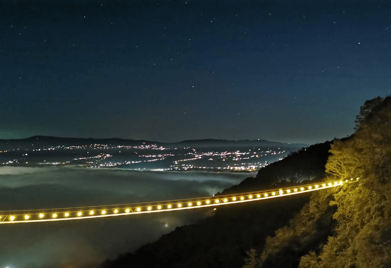 personas caminando por el puente colgante de tlatlauquitepec